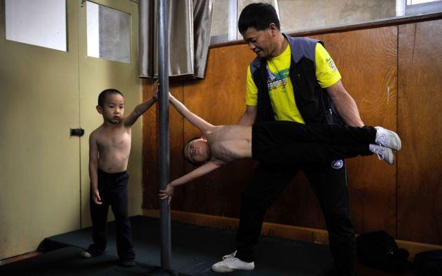 الصين وكيفية صناعة الأبطال الألومبيين China-gymnasium-Olympic-children-11