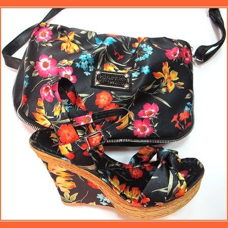 Комплект сандали на платформа с чанта в черно на цветя