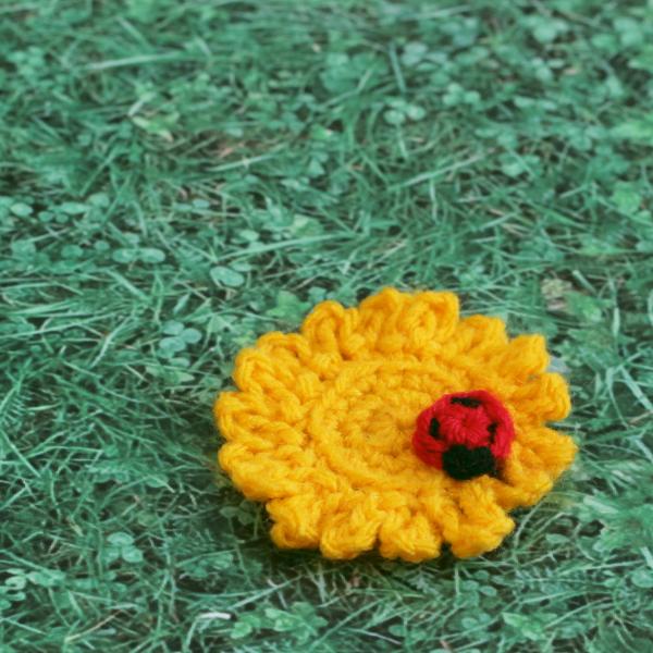http://www.blog.oomanoot.com/spring-crafts-crochet-flower-ladybug/