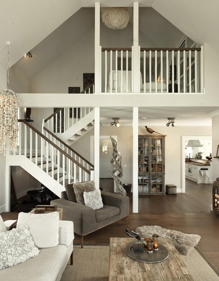 Vardagsrum och trappan upp