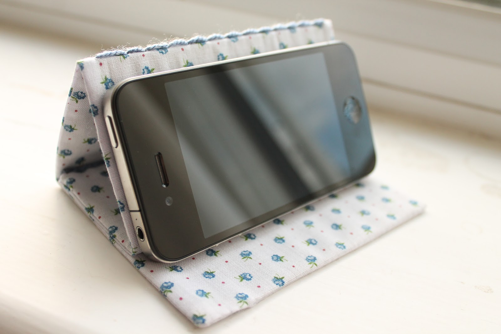 how to make a phone stand out of cardboard