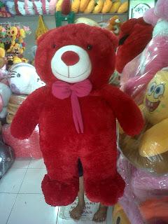gambar boneka beruang besar warna merah