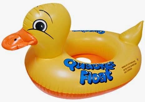 Kado ulang tahun berupa pelampung bebek untuk balita belajar berenang.