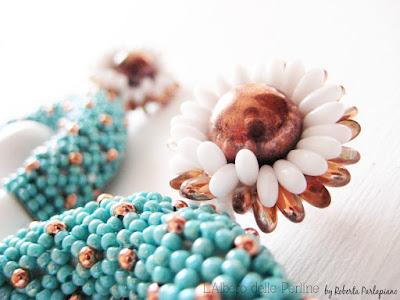 Dettaglio perno fiore orecchino di Lalberodelleperline