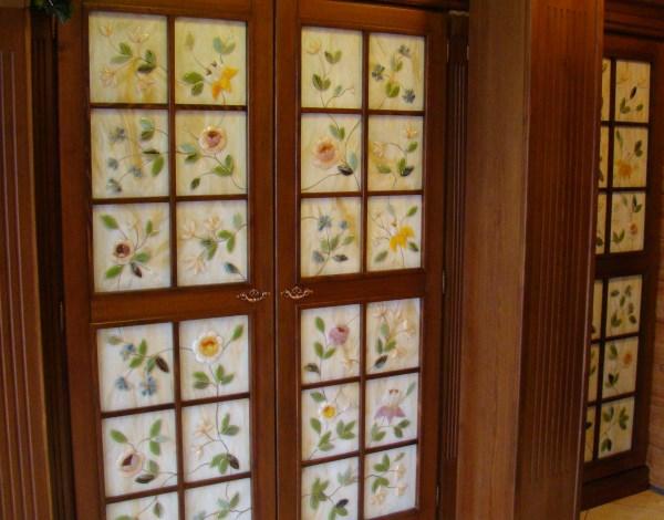 Дверные вставки выполненные в технике фьюзинг с росписью золотой краской