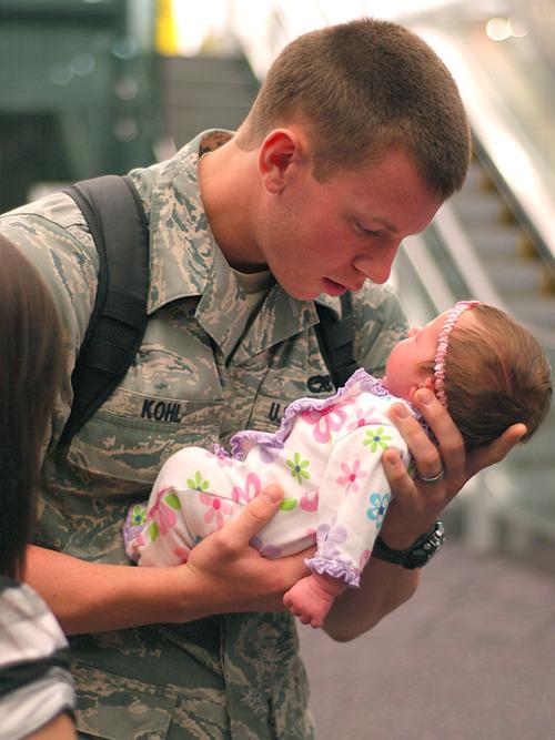 Soldado americano conhece a filha de 3 meses.