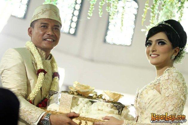 foto Pernikahan Anang dan Ashanty menyerahkan mas kawin