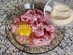 Salata cu maioneza preparare reteta chiftele - adaugam pesmet