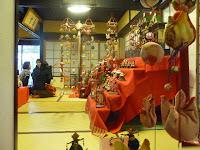 吊るし雛飾りは向日市在中の方が福岡柳川地方が故郷を偲んて作られた。
