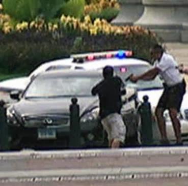 Wanita Pengemudi Mobil Terobos Barisan Keamanan Gedung Putih