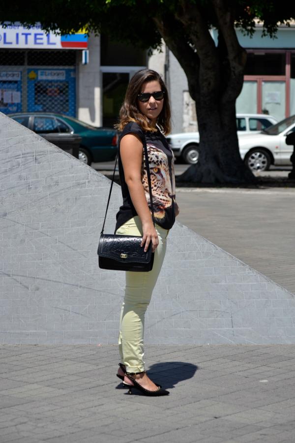 look_outfit_pantalon_amarillo_camiseta_leopardo_colgante_símbolo_infinito_zapatos_pico_pinchos_Zara_nudelolablog_03