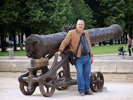 Junto a Artillería Napoleónica (París)