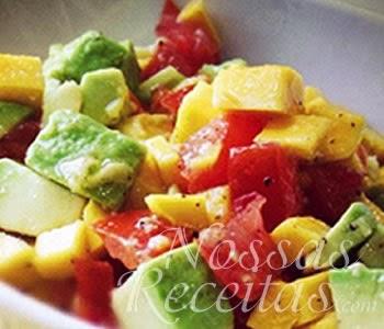 receita de salada de abacate preparada com tomate, queijo e molho de mostarda