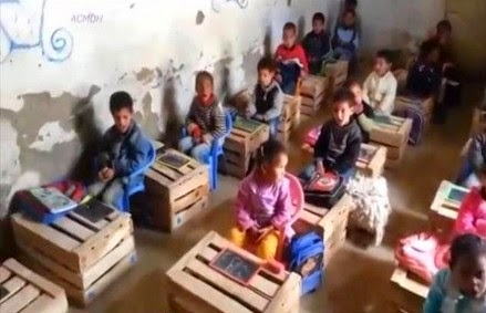 نيابة ميدلت : بيان حقيقة حول فيديو أطفال مغاربة يدرسون فوق صناديق خشبية بدون ماء ولا كهرباء بزاوية سيدي حمزة