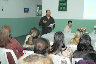 Intérprete Franklande Caetano Pereira ministra aula inaugural da Oficina de Libras