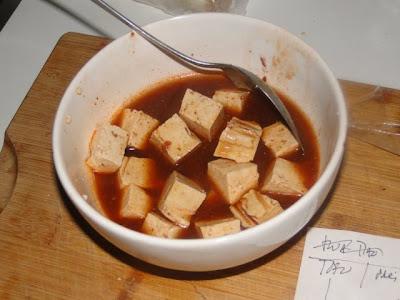 Het marineren van de tofu