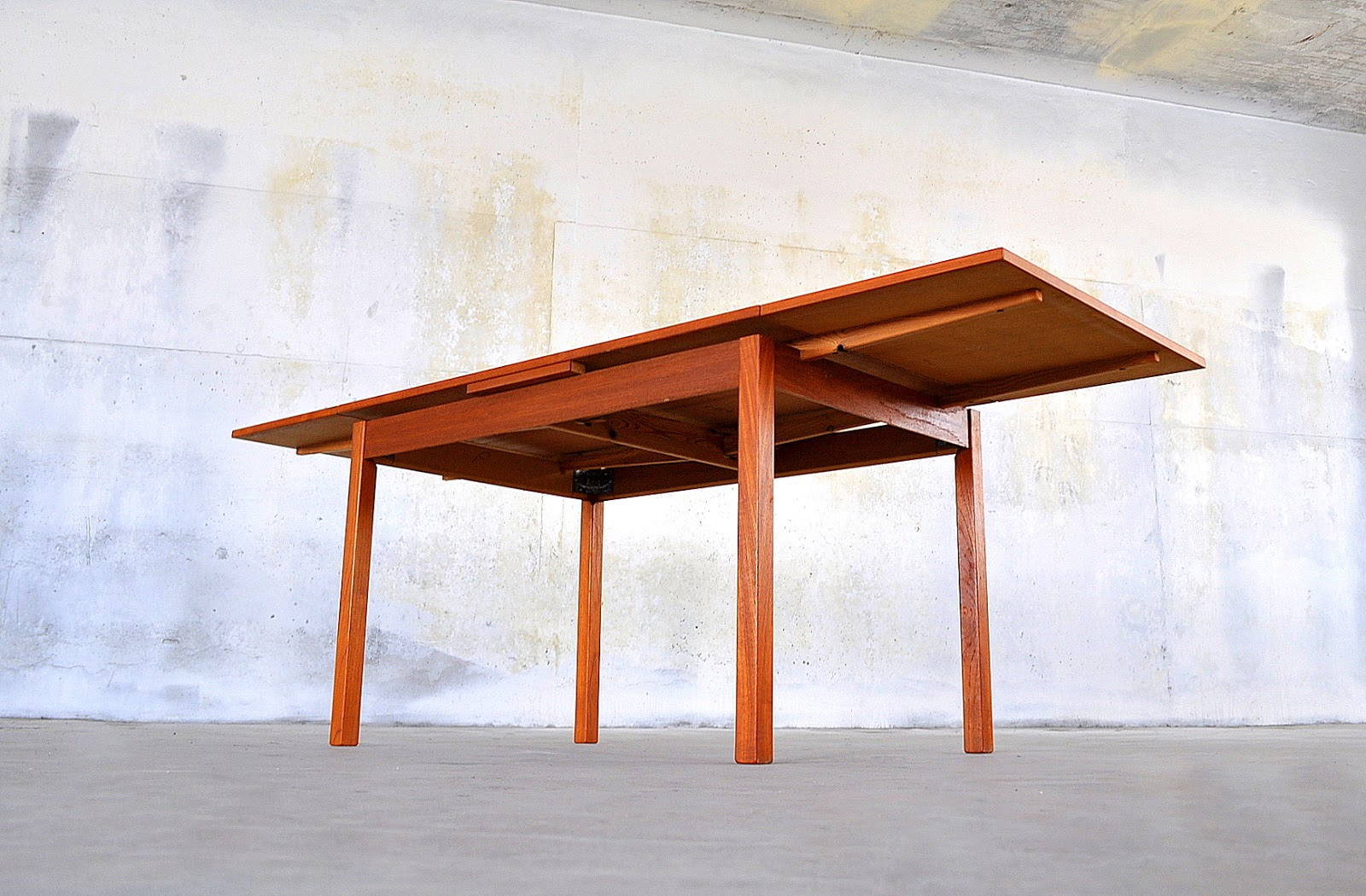 SELECT MODERN Danish Modern Teak Expandable Dining Room Table - Danish modern dining table with leaves