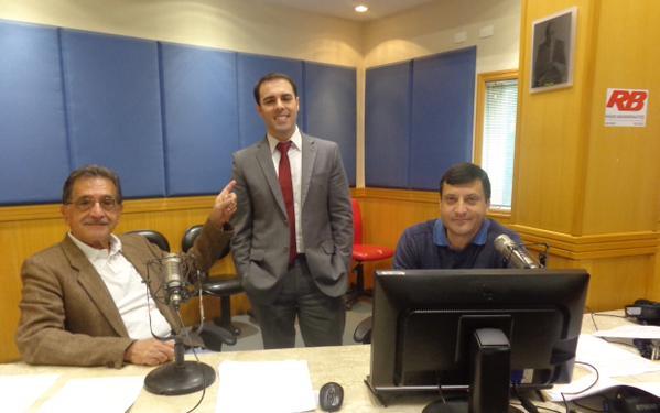 Os locutores Dedé Gomes e Dimas Aguiar apresentam o Jornal Primeira Hora, da Rede Bandeirantes de Rádio, ao lado de Rafael Colombo (em pé). (Foto: Reprodução / Internet)