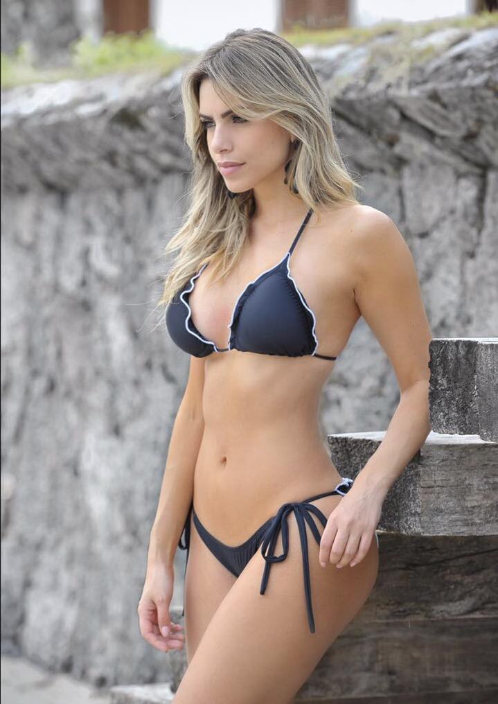 Bailarina do Faustão Erika Schneider posa para ensaio moda praia e mostra boa forma.
