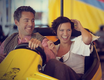 الخلطة السحرية للسعادة الزوجية - رجل وامرأة يركبان عربات سيارات الملاهى - man and woman ridding cars carts