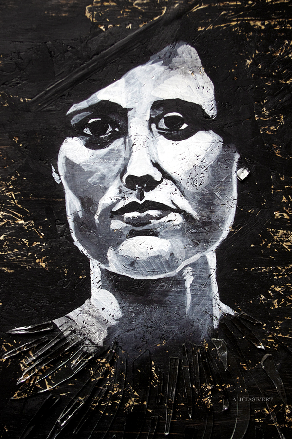 aliciasivert, alicia sivert, alicia sivertsson, målning, akryl, acrylic paint, acrylics, portrait, porträtt, woman, colours, painting, black and white, svartvit, kvinna, ansikte, ögon, närbild, detalj, återbruk, remake, spånskiva, glas, glaskross, glassplitter, glass