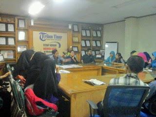 Mahasiswa Farmasi Unhas Belajar Jurnalis di Tribun Timur
