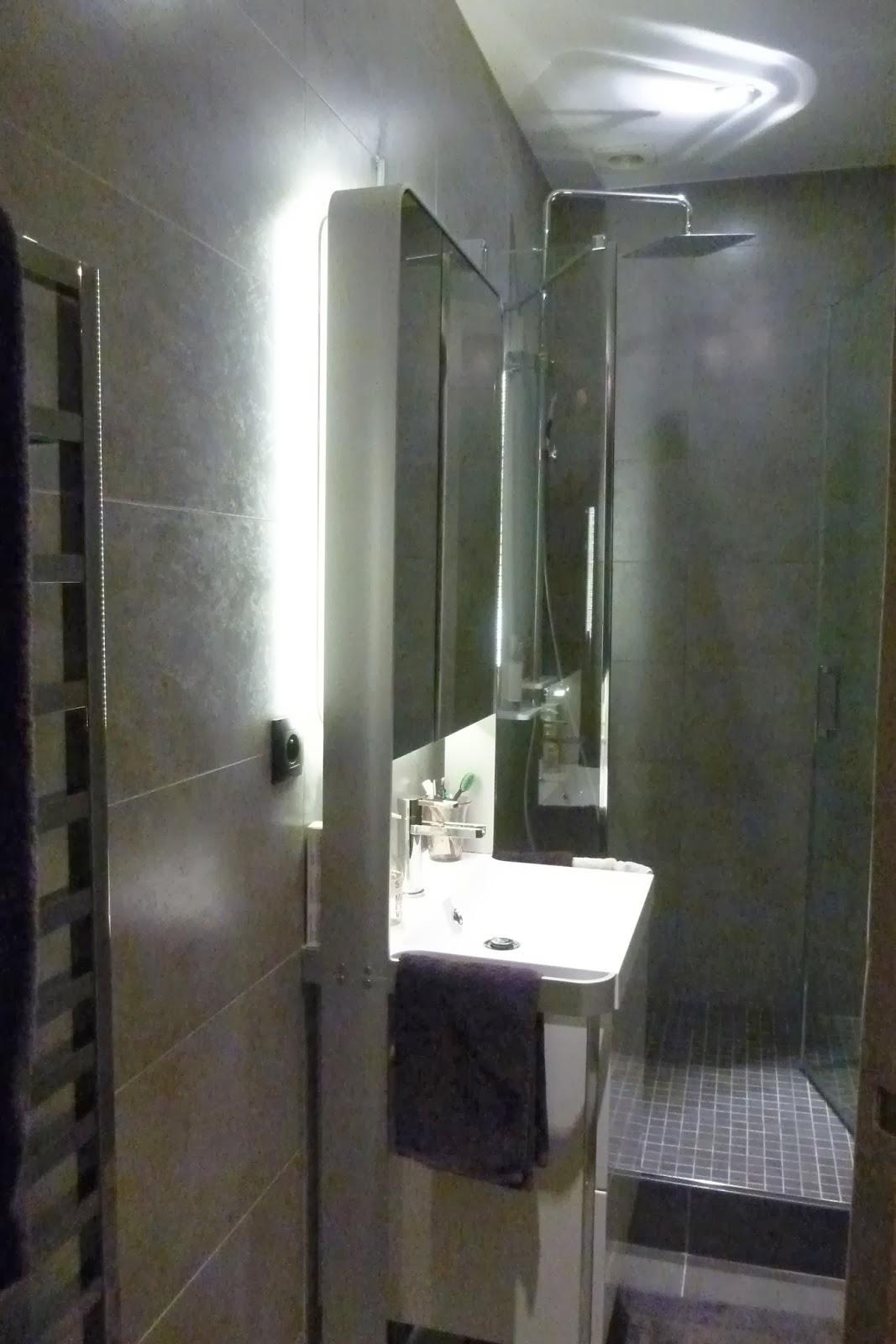 Art thisan optimiser l 39 espace dans une petite salle d 39 eau for Photos petite salle de bain moderne