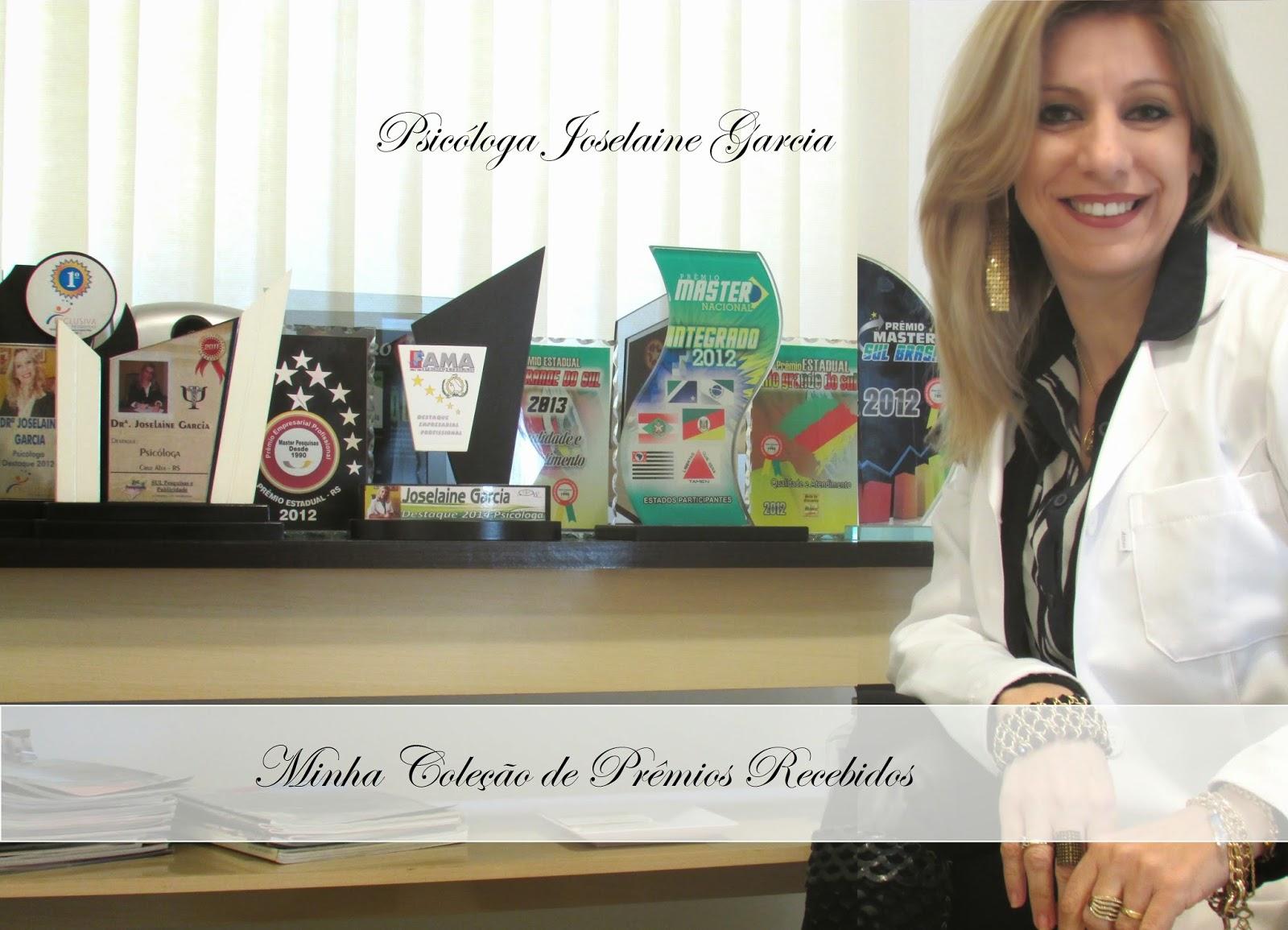 Foto da Psicóloga Joselaine Garcia junto a alguns dos troféus que recebeu ao longo de sua carreira profissinal