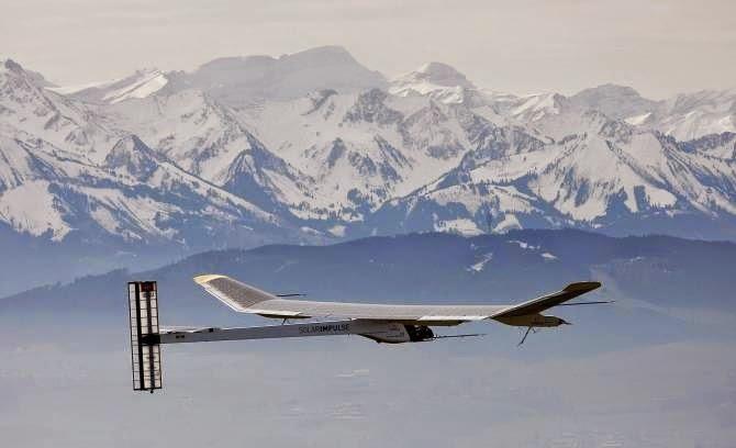 gambar 25 Hari di Kapal Pesawat tenaga surya Solar Impulse 2
