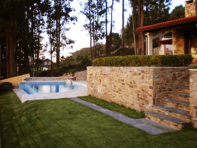 Construcciones r sticas gallegas casa con piscina for Jardines en pendiente
