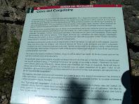 Plafó informatiu sobre la història de la Cova del Cargolaire a l'inici del camí d'accés