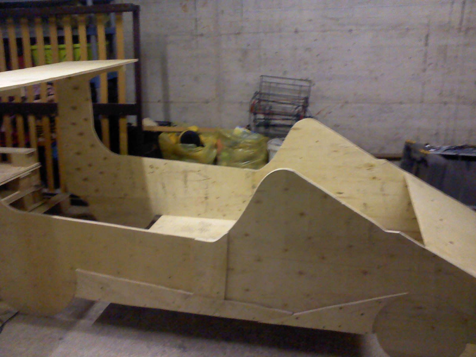 un lit pour enfant en forme de voiture fait avec des palettes. Black Bedroom Furniture Sets. Home Design Ideas