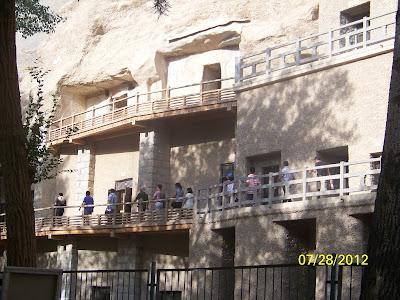 Ils ont fait un mur sur le devant avec des portes pour les grottes