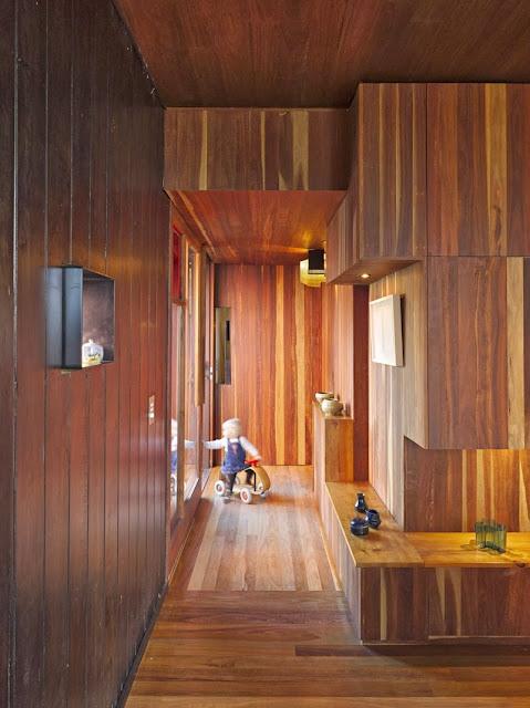 Rumah Teduh Dengan Material Kayu Dan Tanaman Hijau 8