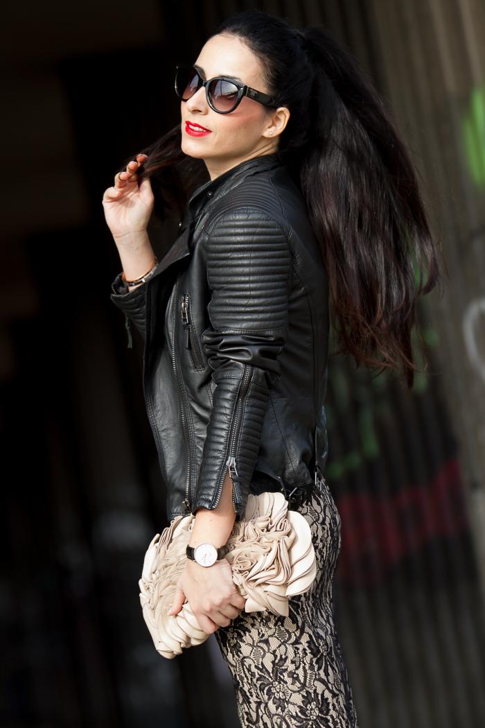 Detalle hombro acolchado cazadora de piel chaqueta Zara cuero negra con bolso de mano clutch con petalos de cuero rosa y vestido de enncaje withorwithoutshoes bloguera valenciana moda