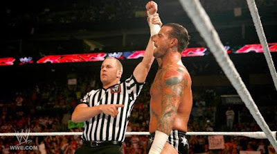 cm punk venciendo a r truth en el super show de raw