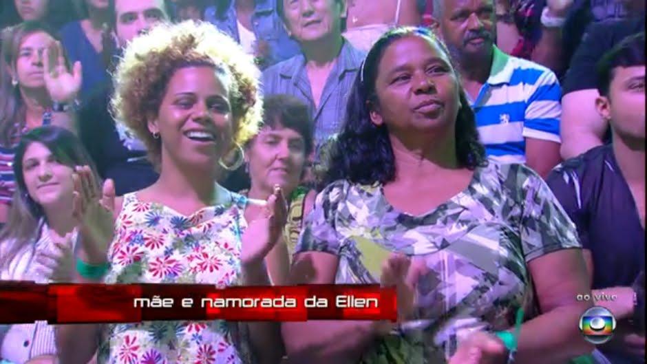 Sempre ao seu lado e durante suas apresentações, a Globo mostrou sua namorada ao lado da mãe (Foto: Reprodução/TV Globo)