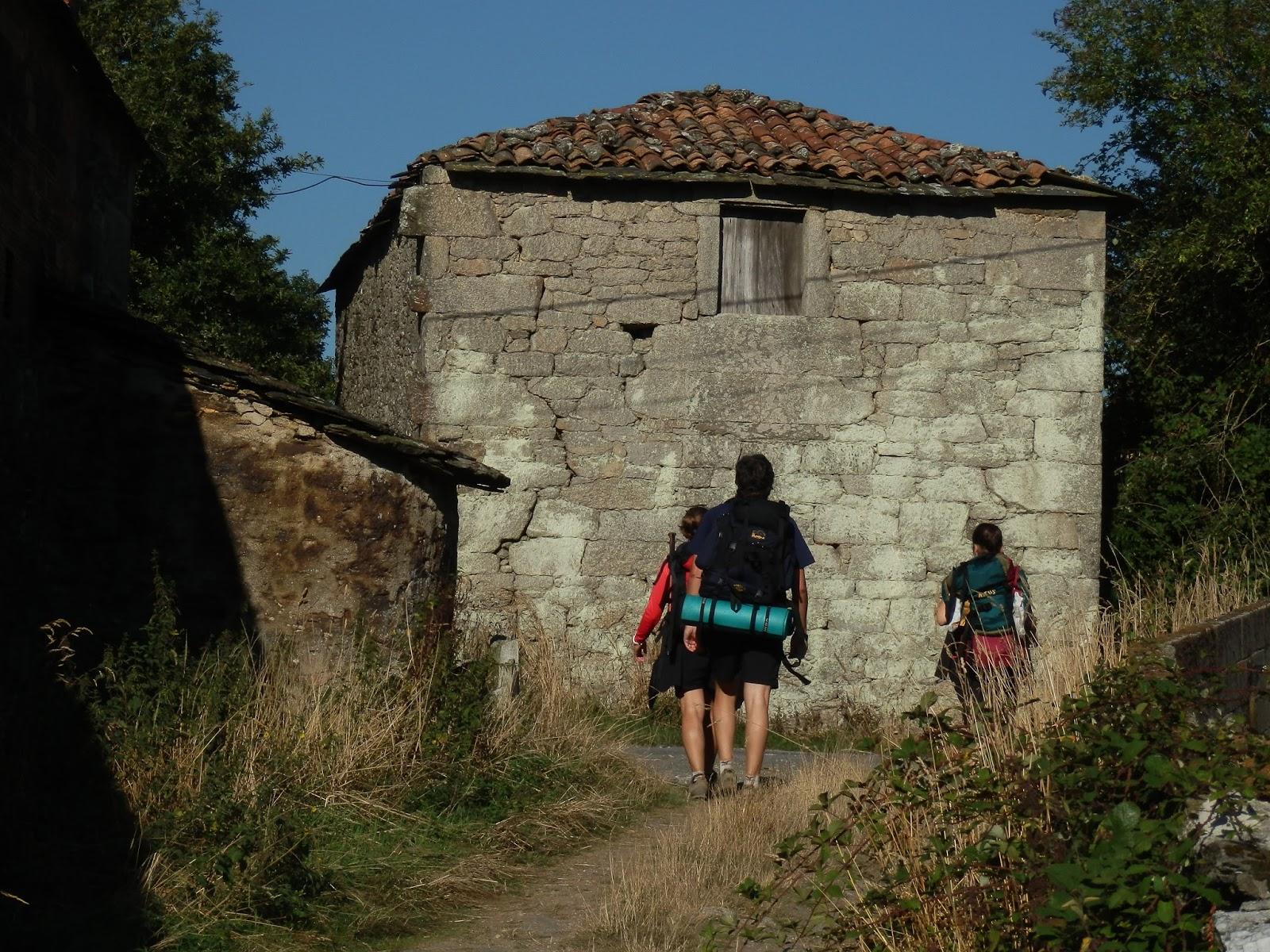 Xurde mor n tejados de tejas rojas de a leboreira augas for Tejados galicia