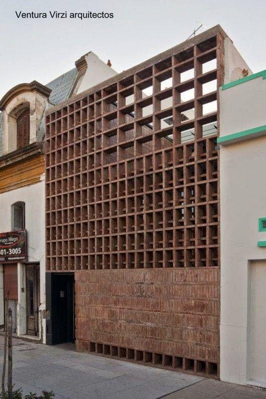 Casa de barrio entre medianeras con fachada de ladrillos colorados con patrones en Buenos Aires 2011