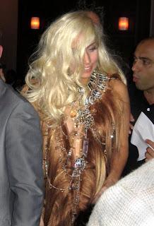 baju-lady-gaga-berbahan-rambut