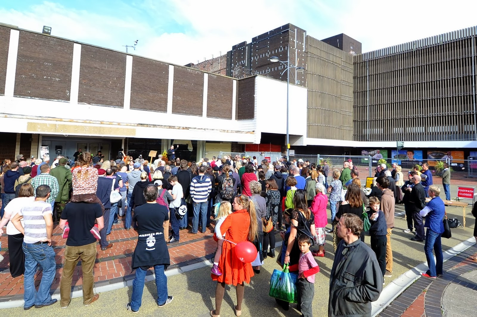 Yr aflonyddwch mawr vibrant demonstration against for Chartist mural newport