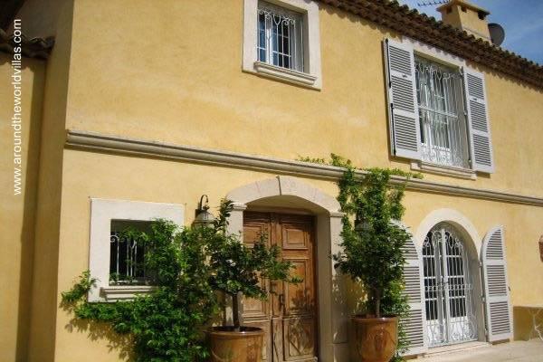 Fachada de una residencia en la Riviera de Francia