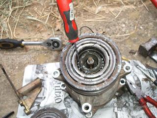 Se desmonta el electroimand del compresor aire acondicionado Volkswagen Golf