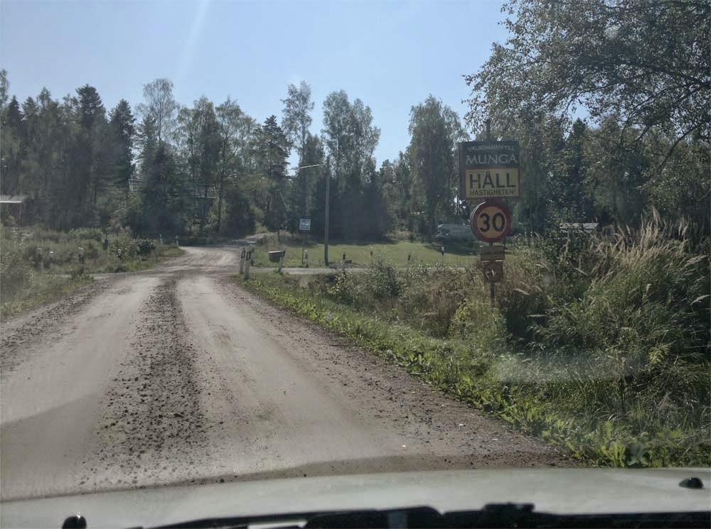 """Vi är framme i Munga och möts av en """"Välkommen till Munga skylt"""". Fritidsområdet ligger ganska """"off"""" och en knagglig grusväg tar oss sista biten. Det känns riktigt lantligt och somrigt mysigt på något sätt."""