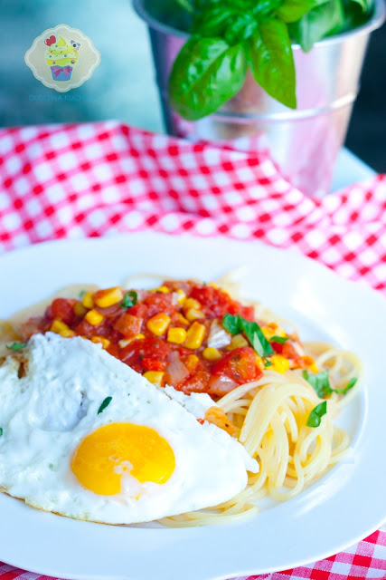 makaron w sosie pomidorowym, makaron z pomidorami i kukurydzą, makaron z jajkiem sadzonym,