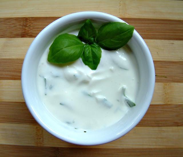 Orientalnie przyprawione kofty z dipem czosnkowo -  ziołowym na bazie jogurtu greckiego