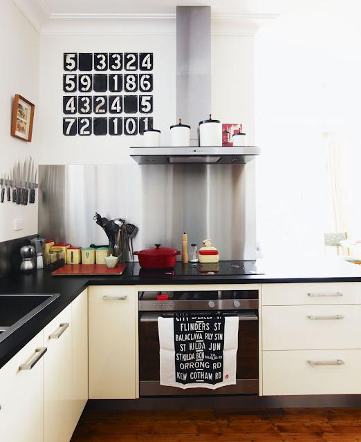 Moderne Küche in Creme - mit Fünfziger Jahre Küchenaccessoires aufgepeppt