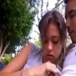 Flagra no Parque a Novinha Vendo se tem Gente Por Perto Pra Ela Chupar - http://www.videosdeflagrasamadores.com