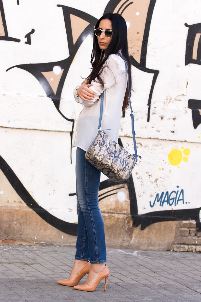 Look neutro en blanco y azul denim de la blogger de moda de Valencia withorwithoutshoes