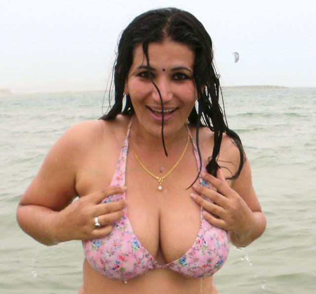 Durga Aunty Hot Bikini Show..... indianudesi.com